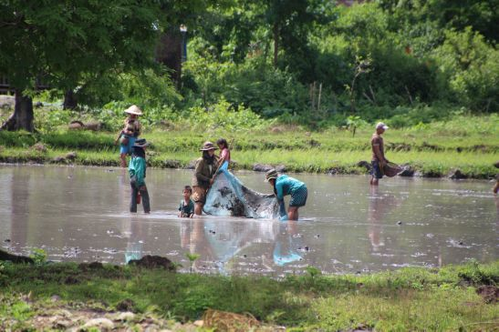 Laos Reisen Foto Familie beim Fischen